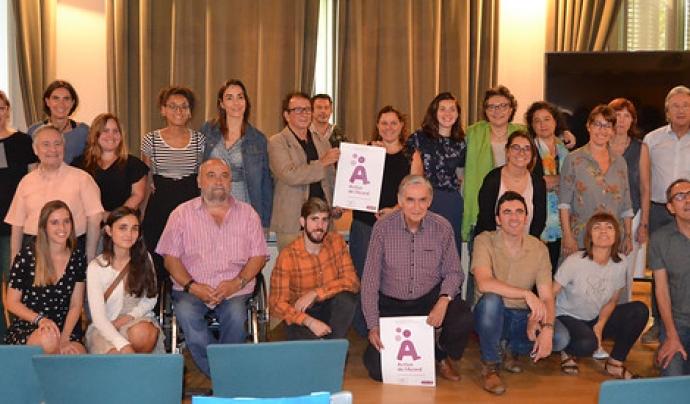 Foto de família de les persones assistents al lliurament del segell 'Actius de l'Acord'. Font: FCVS