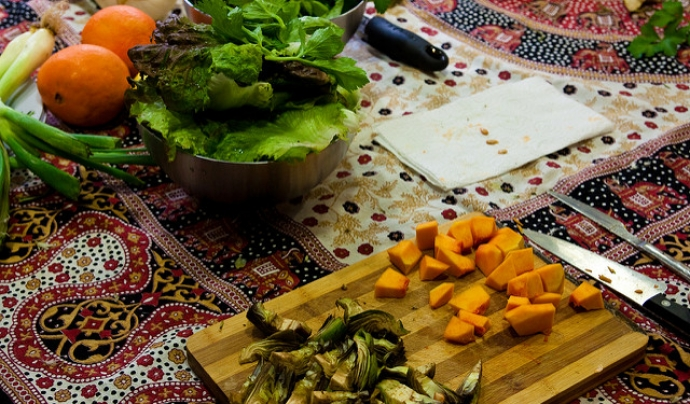 Tallant verdures a una activitat de la Xarxa de Consum Solidari Font: Imagen en Acción (Flickr)