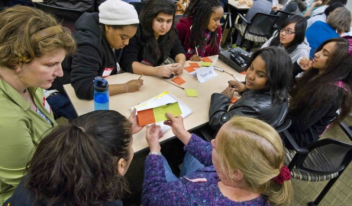 En el Technovation Girl, les participants reben directrius d'una mentora. Imatge de Berkeley Lab. Llicència d'ús CC BY-NC-ND 2.0 Font: Berkeley Lab. Llicència d'ús CC BY-NC-ND 2.0