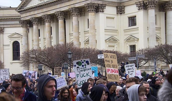 El passat 2 de març Berlín va viure una multitudinària manifestació contra la Directiva Europea del Copyright.  Font: Gero Nagel. Llicència d'ús CC BY 4.0