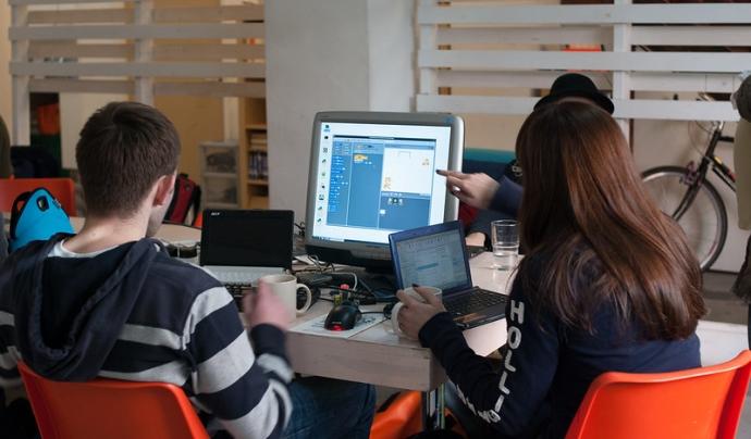 Dins el món de la programació educativa hi han moltes eines i projectes interessants com Scratch. Imatge de Mad Lab Manchester. Llicència d'ús CC BY-SA 2.0 Font: Mad Lab Manchester. Llicència d'ús CC BY-SA 2.0