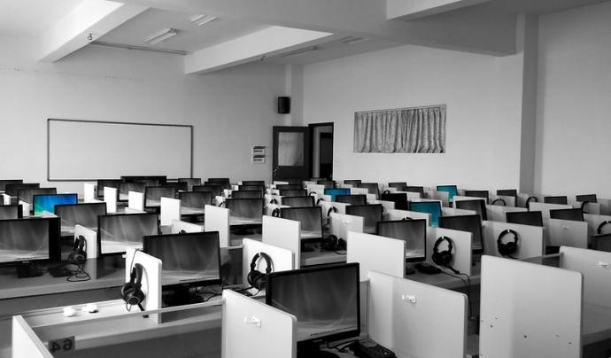 Actualment els centres educatius de Catalunya utilitzen programes privatius. Imatge de Joseph McKinley. Llicència d'ús CC BY 2.0 Font: Joseph McKinley. Llicència d'ús CC BY 2.0