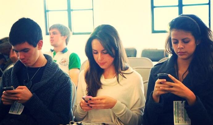 L'ús dels emojis va començar amb els telèfons mòbils.  Font: Imatge de Esther Vargas. Llicència d'ús CC BY-SA 2.0