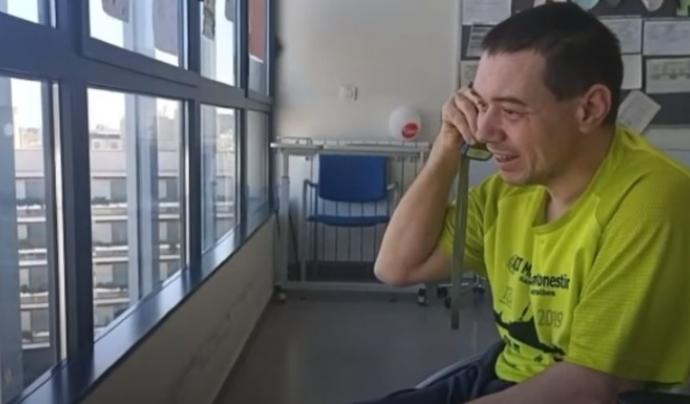 L'Ismael parla per telèfon amb un familiar. Font: AIS Ayuda