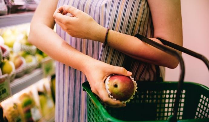 Una dona compra fruita al supermercat.  Font: PxHere