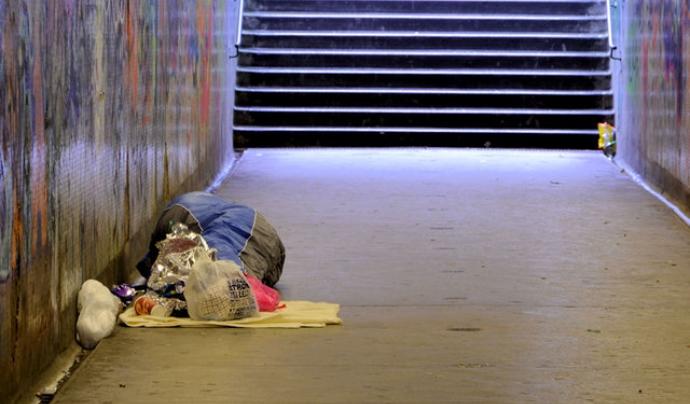 Persona sense llar que ha de viure al ras.  Font: Geograph
