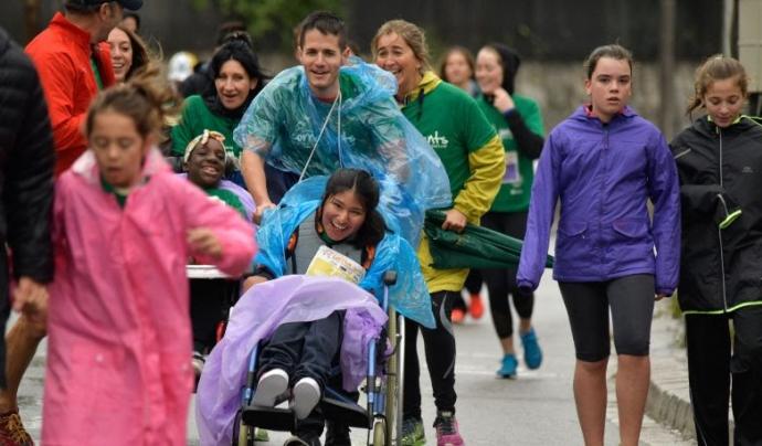 La sisena edició de la cursa té com a novetat que les persones participants acompanyin una persona amb discapacitat intel·lectual. Font: ASPASIM