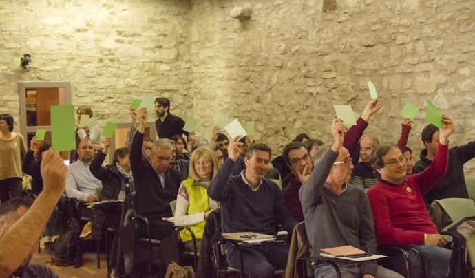 Els membres de l'assemblea voten els diferents punts de la fusió de l'XCT-XVAC. Font: Paula Puy