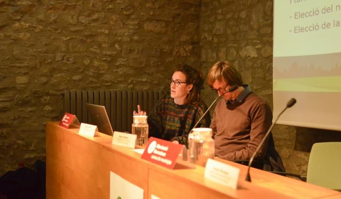 La Mireia Salazar, jurista de la XCT, explica el procediment a seguir per aprovar els diferents punts del projecte de fusió. Font: Paula Puy