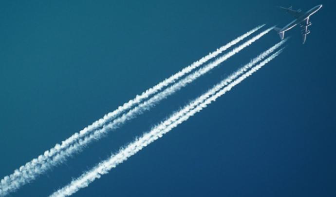 La contaminació de l'aviació es deu al CO2, al NOx (òxid de nitrogen) i a les esteles de condensació.  Font: CC