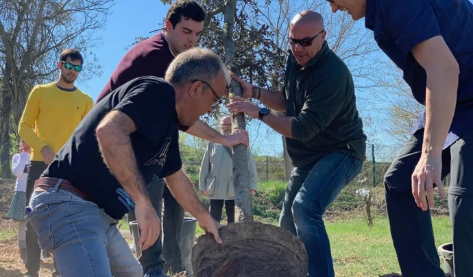 Voluntaris de l'associació durant una jornada de voluntariat per plantar arbres Font: Associació La Banqueta de Juneda