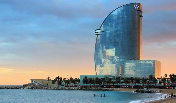 Panoràmica de l'Hotel W de Barcelona i la platja de San Sebastià. Font: Pixabay