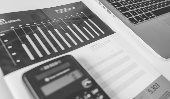 Ordinador i gràfics informació econòmica Font: Pixabay