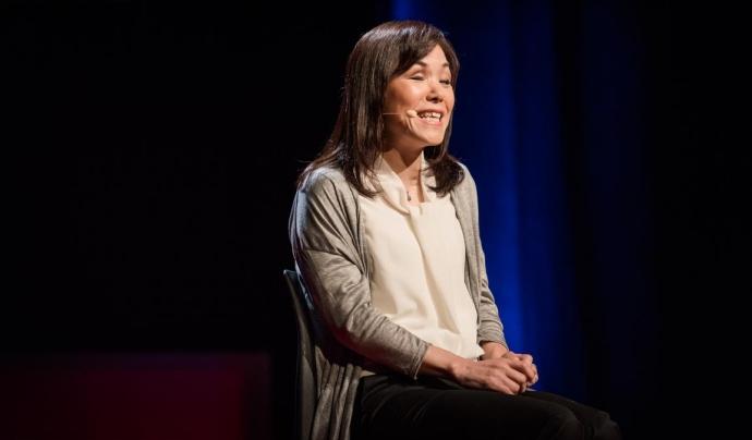 Fotografia de Chieko Asakawa impartint la seva xerrada al TED