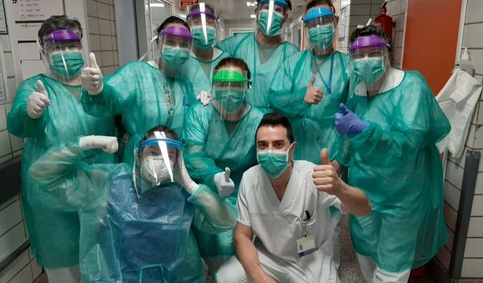 Personal sanitari treballa amb mascaretes i material de protecció creat amb impressió 3D. Font: Twitter