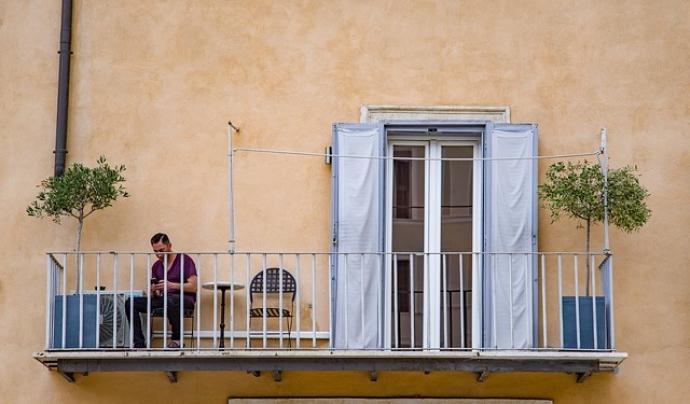 Una persona fa la quarantena en el balcó de casa seva. Font: Pixabay