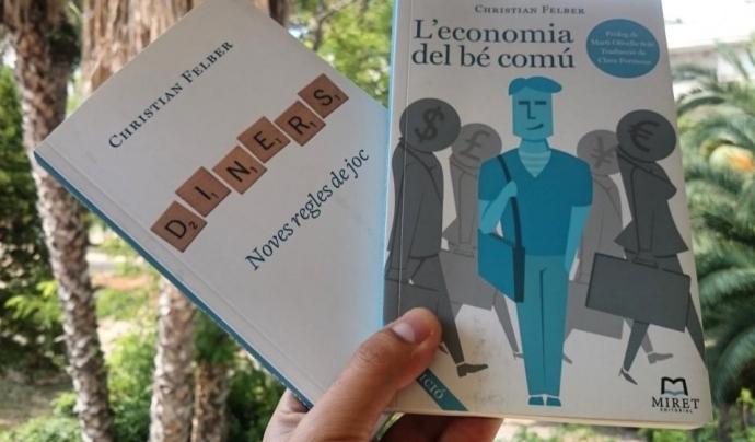 Dues llibres per aprendre sobre Economia del Bé Comú Font: @crowddreamer