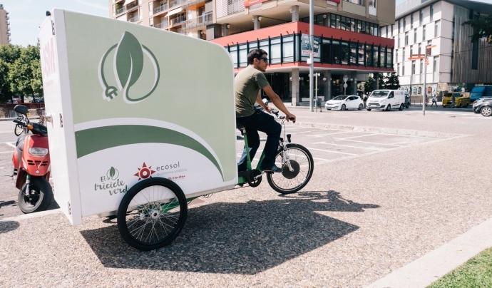 Voluntari en el servei de missatgeria sostenible d'Ecosol Girona. Font: Xarxanet