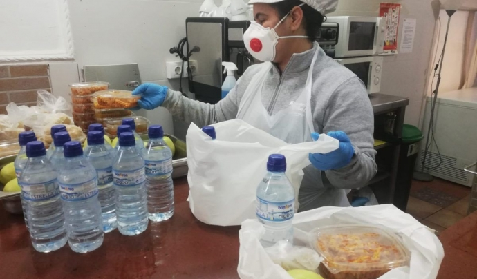 Una treballadora de Formació i Treball prepara els kits d'alimentació per a persones en risc d'exclusió. Font: Formació i Treball