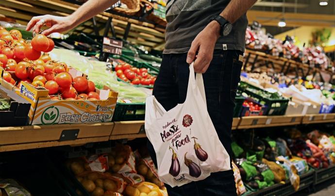 Client d'Edeka comprant amb una bossa biodegradable.