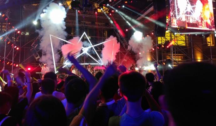 Un grup de joves assisteixen a un festival de música de nit. Font: Pxhere