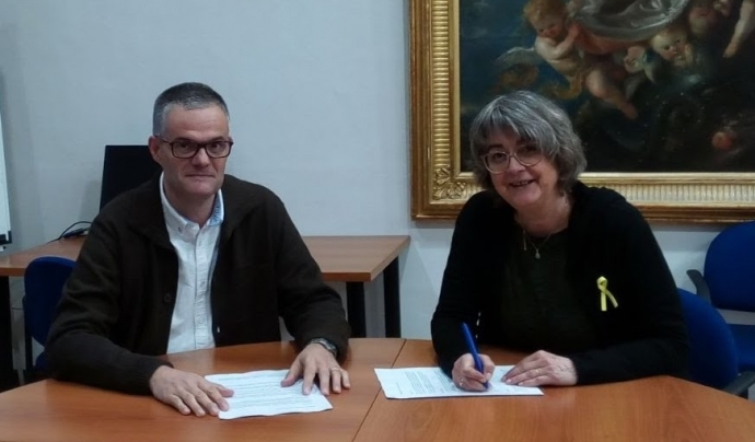A la dreta, Montserrat Falguera, signant un acord amb la Fundació Casa d'Empara. Font: Campus FEATE