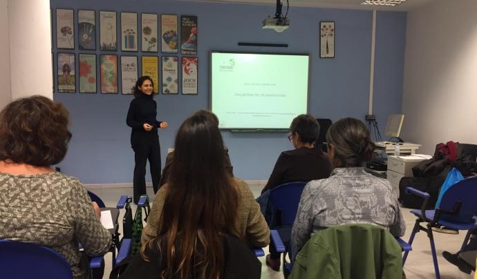 Mònica Moles impartint un taller pràctic de mindfulness. Font: Mònica Moles