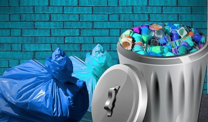 Envasos de plàstic a la galleda de les escombraries Font: bykst a Pixabay