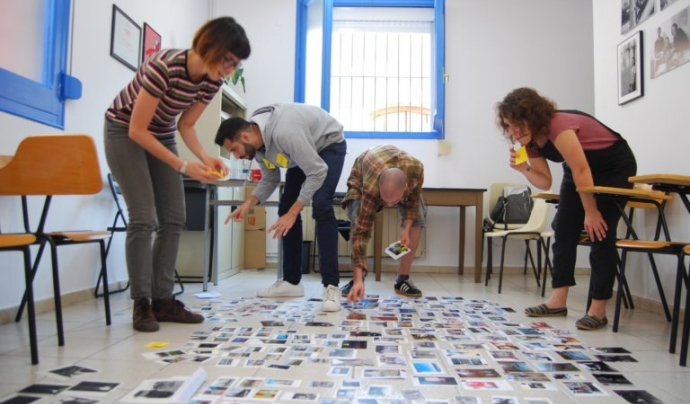 Voluntariat del GR 16-18, seleccionant fotografies per l'exposició de final de curs.
