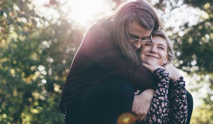Dues persones es fan una abraçada a l'aire lliure. Font: Wallpaperflare