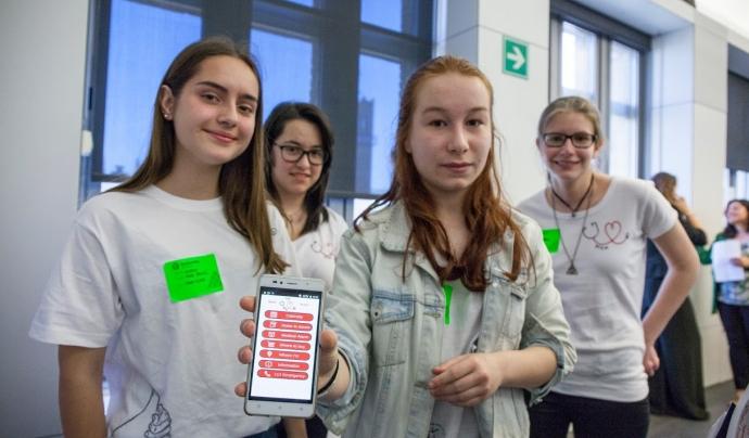 Equip participant al Technovation Challenge 2017 mostra l'aplicació que han creat Font: Associació Espiral