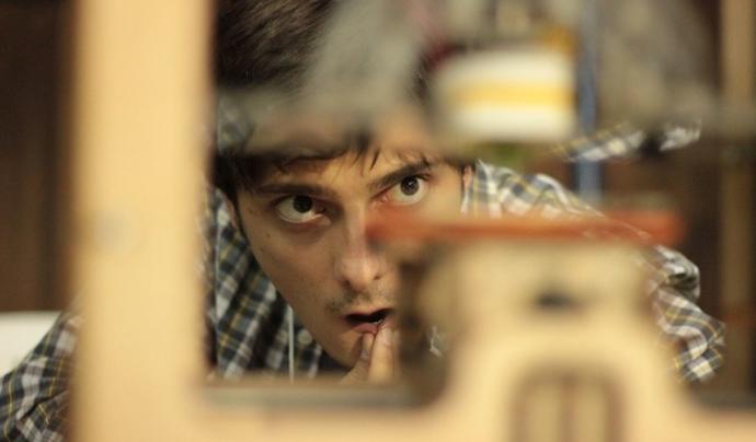 Un expert en robòtica opera amb una impressora 3D per fabricar material. Font: Pedro Belasco, Flickr