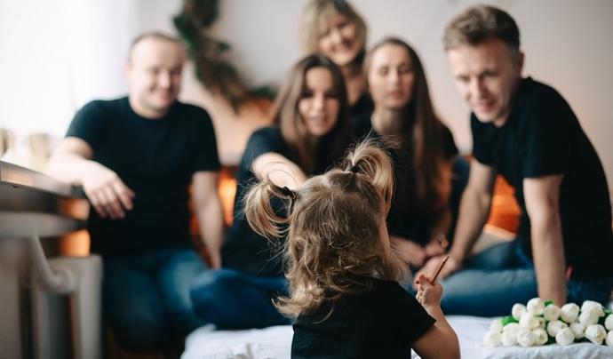 Una nena de 4 anys observa a la seva família. Font: Max Pixel
