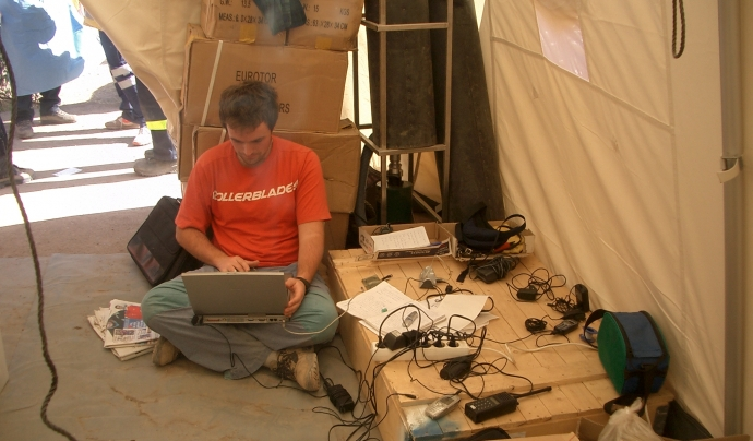 Mikel Ayestaran treballant a Bam (Iran)
