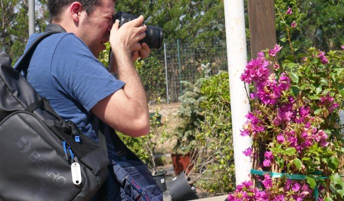 Jordi Preñanosa fent una fotografia amb la seva càmera. Font: AMPANS