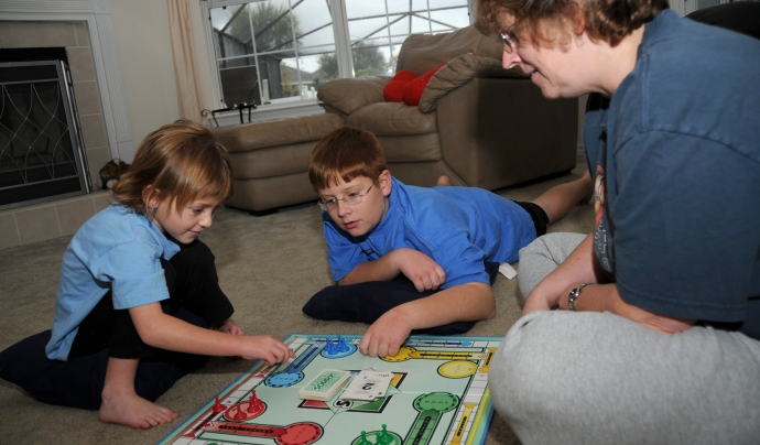 Una de les recomanacions és jugar a jocs amb la família o companys/es de pis. Font: Keesler