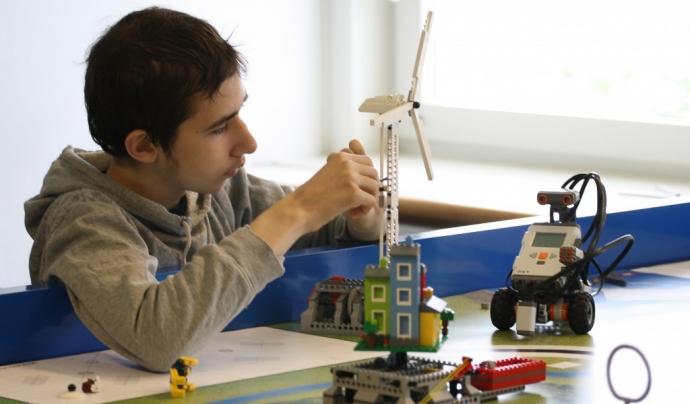 Persona amb autisme en una formació amb figures de Lego. Font: Specialisterne Foundation