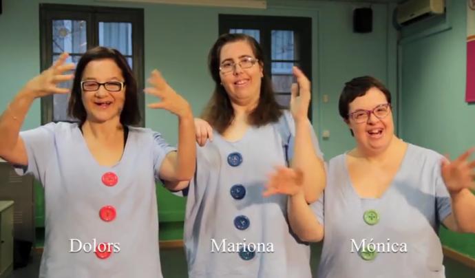 """Fotograma del vídeo de la Fundació ASPASIM que interperta """"La lluna la pruna"""" en llenguatge de signes Font: Fundació ASPASIM (Canal de Youtube)"""