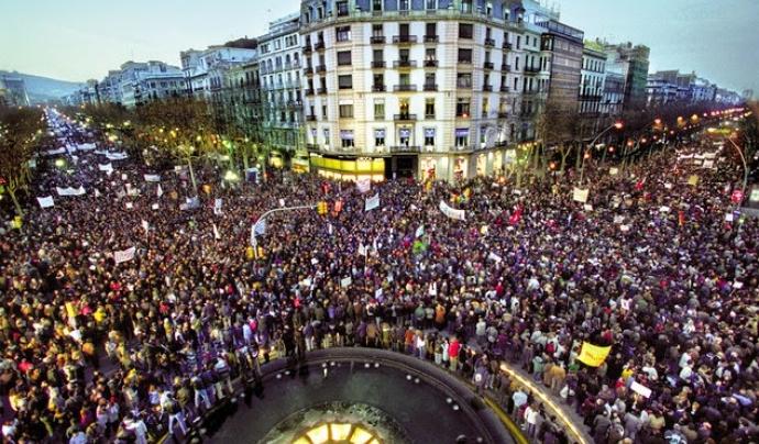 Manifestació multitudinària contra la guerra d'Iraq a Barcelona.