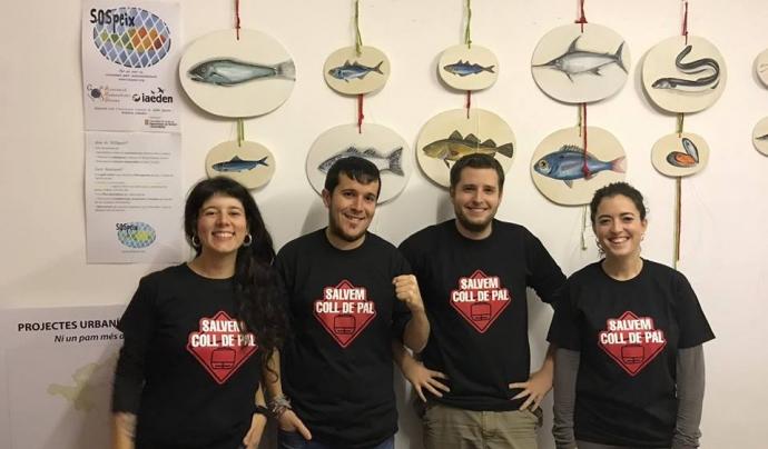 Voluntaris i voluntàries de l'Associació amb els cartell de la campanya SOS Peix dedicada al consum responsable de peix i marisc Font: Associació de Naturalistes de GIrona
