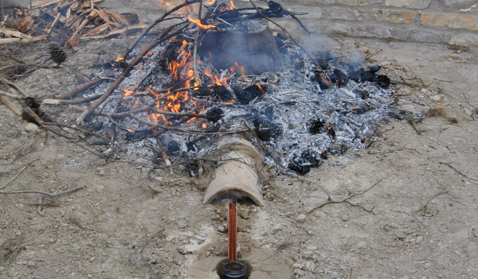 Una de les activitats de l'Associació el Trill és l'obtenció de l'oli de cadec. Imatge de l'Associació el Trill.  Font: Associació el Trill.