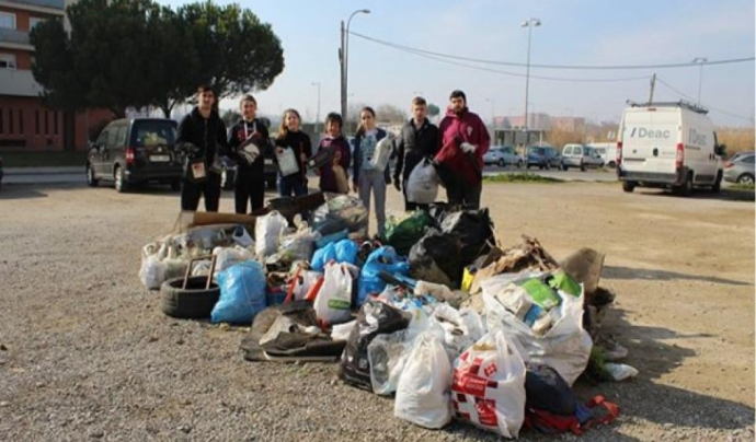 Un grup de voluntaris i voluntàries d'Osmon a una recollida de residus abandonats Font: Associació Osmon