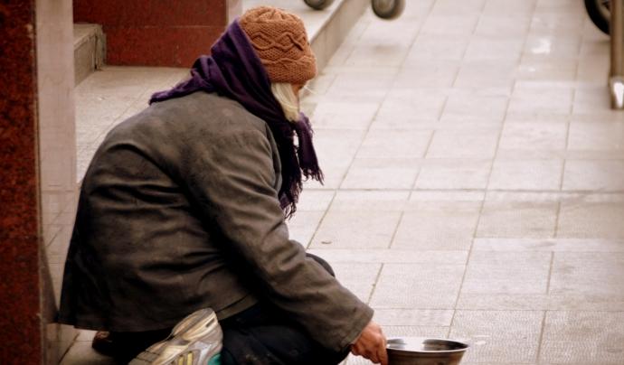 Persona sense sostre vivint al carrer. Font: Public Domain Pictures