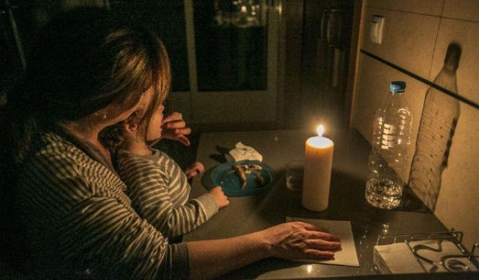 Moltes famílies han hagut de tornar a la llum de les espelmes Font: Sostenible.cat