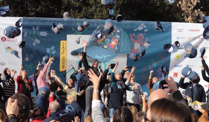 Moment de llançament de les gorres al Parc de la Ciutadella. Font: Montserrat Pallarès, Twitter
