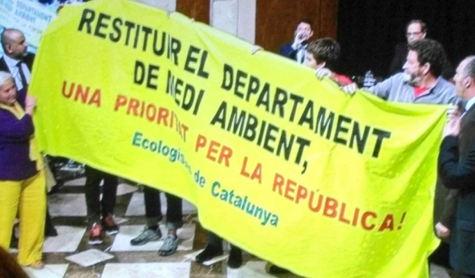 Membres d'Ecologistes van desplegar una pancarta reclamant la conselleria de medi ambient
