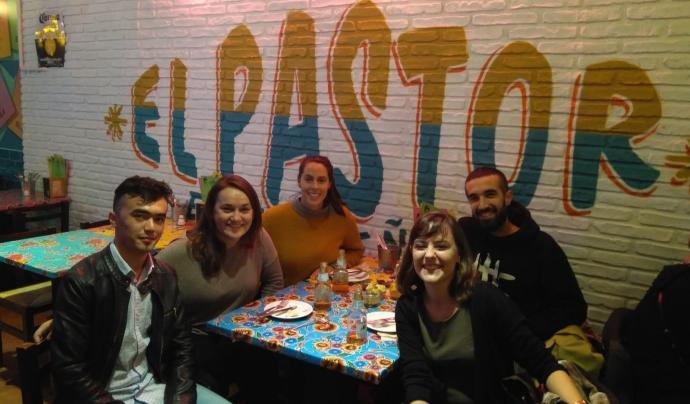 Grup de mentoria amb en Bismi en el restaurant mexicà on treballa. Font: Xavier Pérez