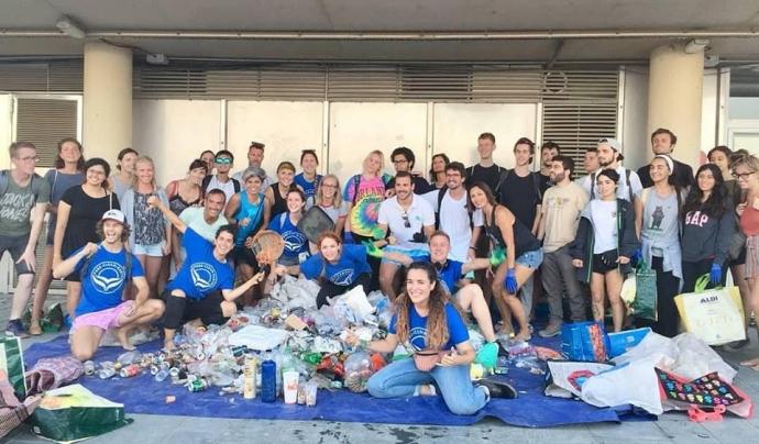 Un grup de voluntaris i voluntàries del grup Pure Clean Earth