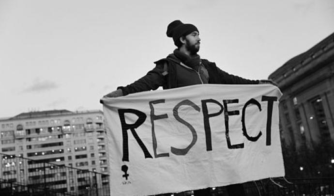 Un noi amb una pancarta que diu 'Respect'. Llicència CC BY-SA 2.0 Font:  Lorie Shaull (Flickr)