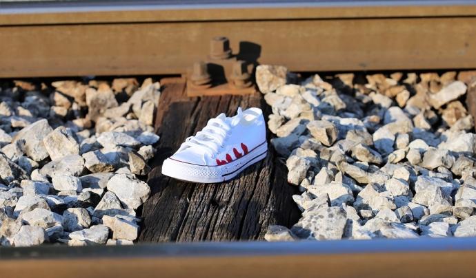 Una sabata trobada en les vies del tren. Font: Pixabay
